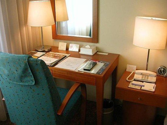 Station Hotel Kokura: シングル、デスク