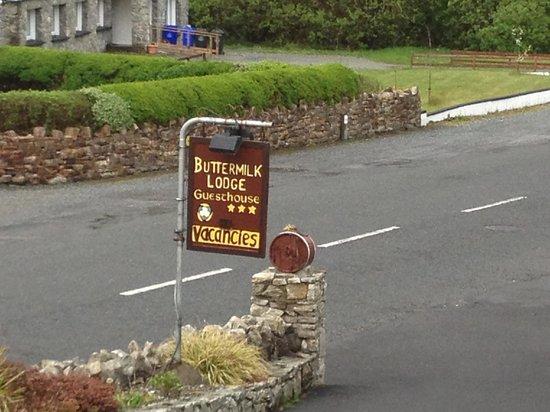 Buttermilk Lodge Guesthouse: cartello lungo la strada