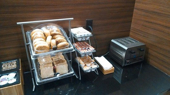 Fairfield Inn & Suites Durham Southpoint: Breads and toast
