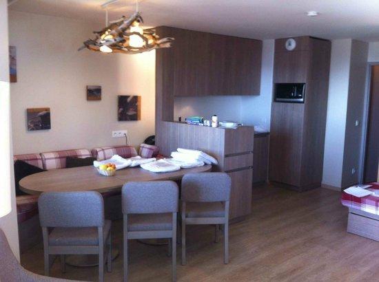 Apartamentos Pierre & Vacances Les Crozats: Kitchen and dining area