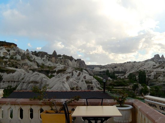 SOS Cave Hotel: Shared balcony right outside the room's back door.