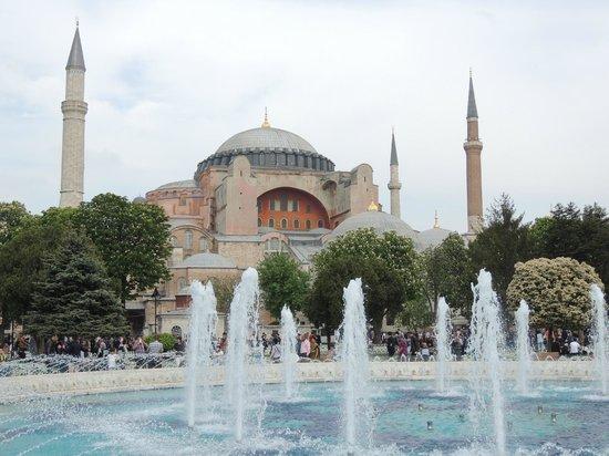 Musée et basilique Sainte-Sophie : Hagia Sophia from the fountains