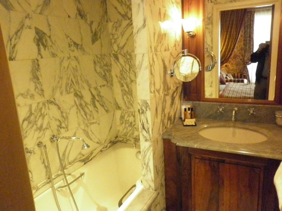 Chambiges Elysees Hotel : Room 501 bathroom