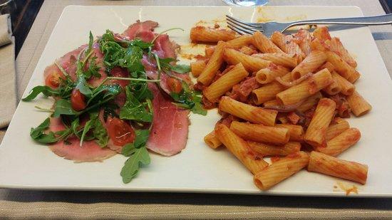 Tiare Restaurant & Pizza: Maccheroni alla calabrese e roast beef con spinaci