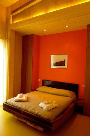 Sassofortino, Italien: CANTINA Guest-Room Orange