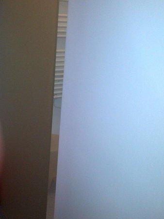 Les Capucins : ecart porte chambre et sdb (chauffe serviette)