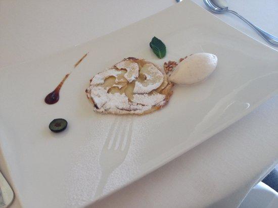 El Serbal: ランチメニューのデザート。アップルパイにシナモンのアイス。