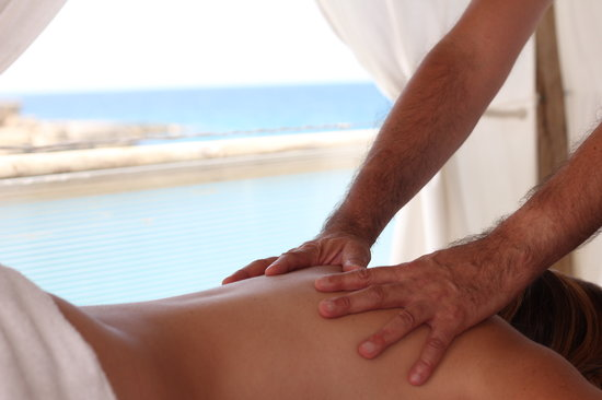 Le Cale d'Otranto Beach Resort : Massaggi in riva al mare.