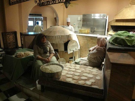 Sofitel Cairo El Gezirah: Préparation du pain égyptien