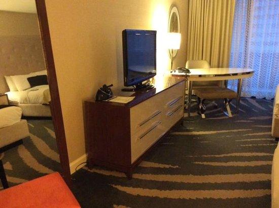 Revere Hotel Boston Common: Desk and tv