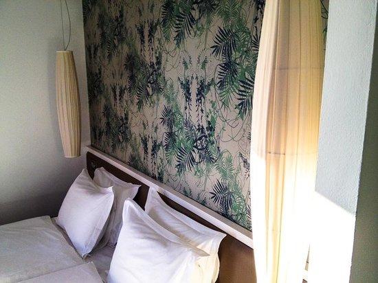 Portixol Hotel and Restaurant: Doppelbett im Eckzimmer mit Blick aufs Meer