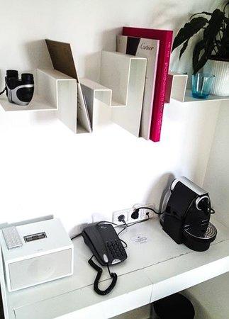 Portixol Hotel and Restaurant: Ein paar Gadgets - Fernglas, Nespresso und iPhone Radio