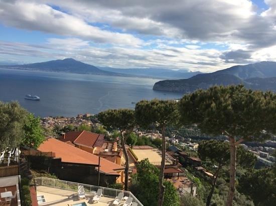 Hotel Villa Fiorita: Vue de la chambre sur le Vesuve, enfin visible...