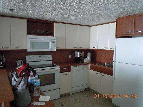 Flamingo Beach Resort: Courtesy room kitchen