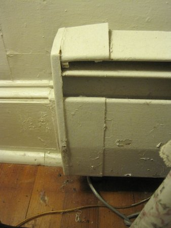 ShoreWay Acres Inn: Rusty radiator,filthy skirting board and floor