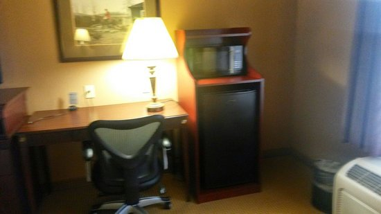 Hampton Inn and Suites Dallas - DFW Airport North / Grapevine: Desk area and microwave