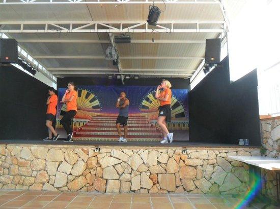 Mar Hotels Ferrera Blanca: brilliant animacion team rehearsing for the big show