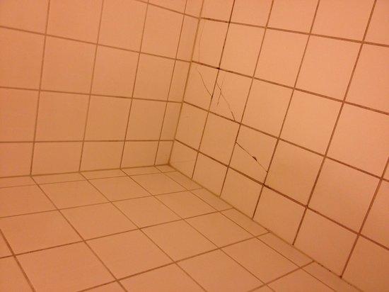 Scandic Park Drammen: Cracked tiles