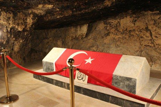 Al Salt, จอร์แดน: Salt Türk Şehitliği - Şehitlerin Bulunduğu Mağara