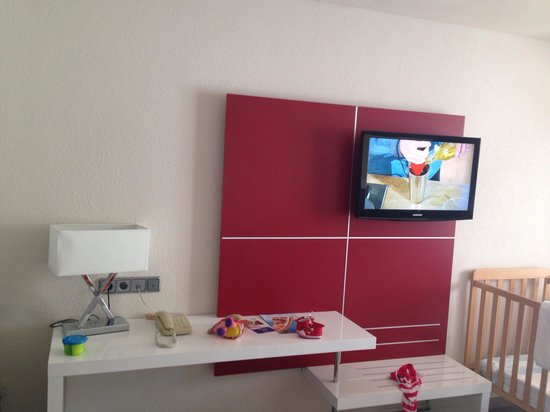 Aparthotel Rosa del Mar: TV with English channels & travel cot & storage