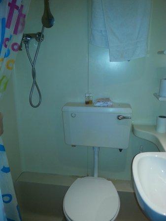 Saint James Backpackers: bagno con doccia