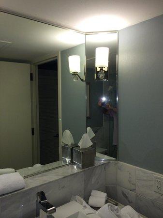Hilton Dallas Lincoln Centre: Vanilla Bathroom no shaving mirror