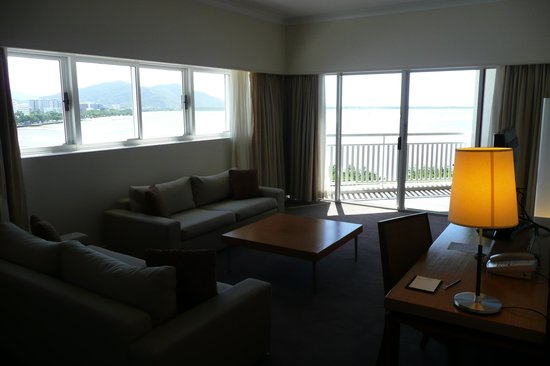 Shangri-La Hotel, The Marina, Cairns: Great view from Living Room and Balcony