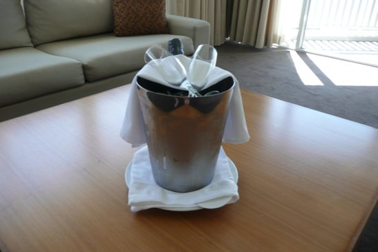 Shangri-La Hotel, The Marina, Cairns: Champagne Upon Arrival