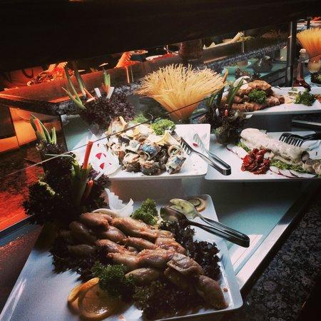 Long Beach Resort Hotel & Spa: В ресторане, обед