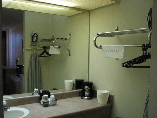 Regency  Inn: bathroom