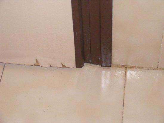 Hotel Annalena : Etat de vétusté des peintures à cause de l'humidité