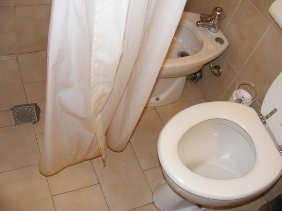 Hotel Annalena : Rideau moisi, sdb minable