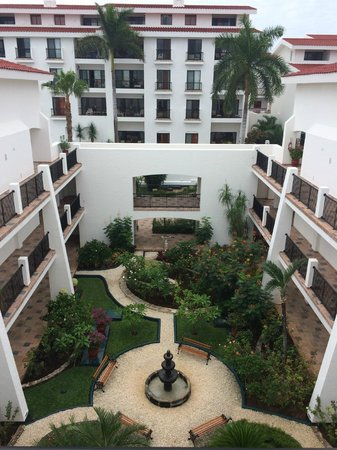 The Royal Cancun All Suites Resort: Garden area
