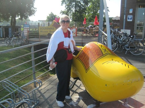 Réseau de moulins de Kinderdijk-Elshout : Giant wooden shoe, Kinderdijk Mill Netwok, July 2013