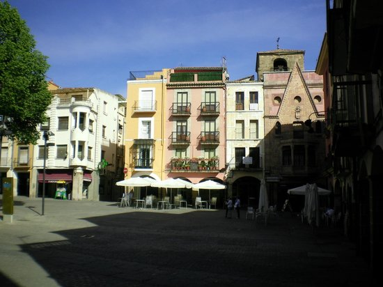 Hotel Palacio Carvajal Girón: The plaza which is just 200 meters away