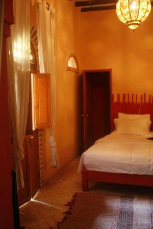 Riad Hidden: cama matrimonio de nuestra habitacion