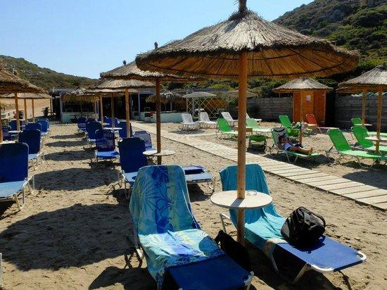 Livadaki Beach: Sunbeds and umbrellas