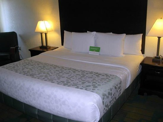 La Quinta Inn & Suites Boston Somerville: La Quinta Somerville - King Bed Room