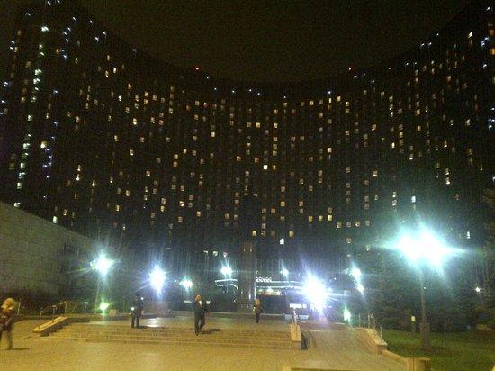 Hotel Cosmos : Vista frontale notturna
