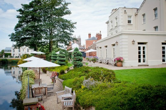 Castle House: The hotel garden, moat and view of Hereford Cathedral