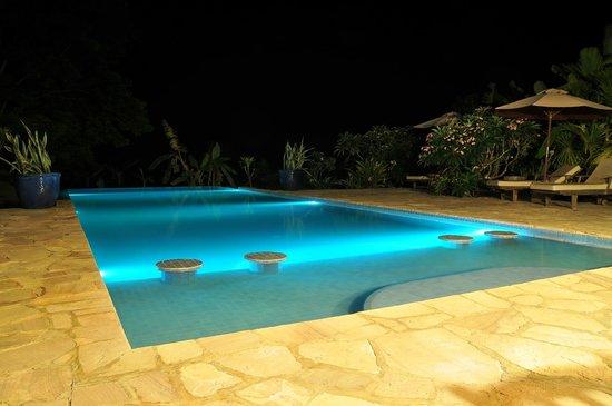 Masada Resort: Masada Kep / Pool area at night