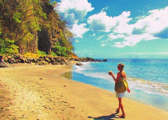 Jade Mountain Resort: Leaving the north beach, walking toward the main southern beach.