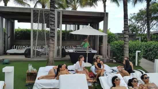 W South Beach: Poolside