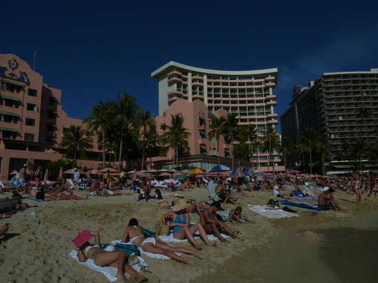 The Royal Hawaiian, a Luxury Collection Resort: The Royal Hawaiian-Hotel vom Strand