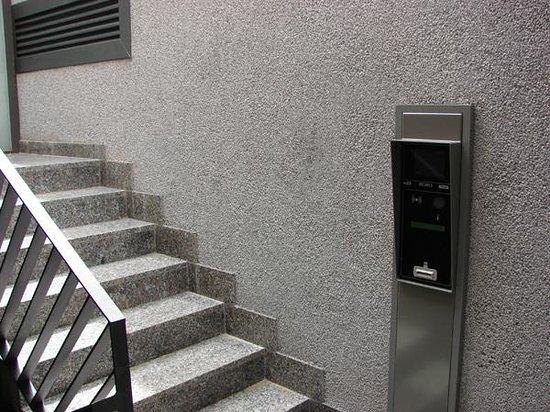 Calfred : Salida del parking por escaleras