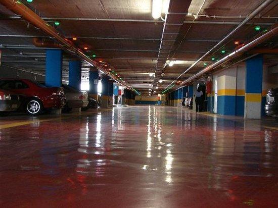 Calfred : Parking de pago subterraneo a 300 metros.