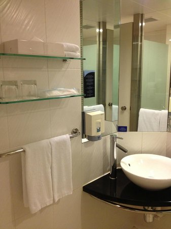 Holiday Inn Express Hong Kong Causeway Bay: Bathroom