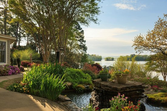 Lookout Point Lakeside Inn: Lake Front Gardens