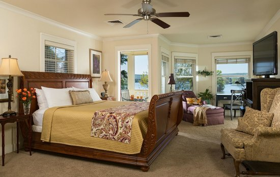 Lookout Point Lakeside Inn: Romance King Suite