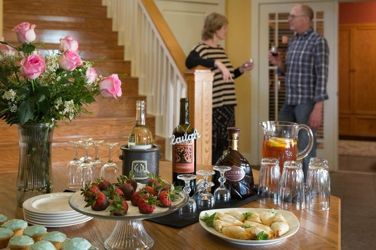 Lookout Point Lakeside Inn: Happy Hour at the Inn